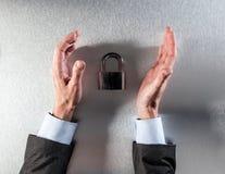 O homem de negócios de proteção entrega a segurança de dados e a segurança incorporadas de questão Fotografia de Stock Royalty Free
