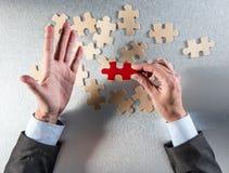 O homem de negócios de questão entrega a escolha de um impar para o recrutamento incorporado Imagem de Stock Royalty Free