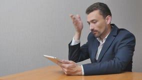 O homem de negócios descontentado é nervoso video estoque