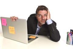 O homem de negócios desperdiçado cansado que trabalha no esforço no laptop do escritório esgotou oprimido imagem de stock royalty free