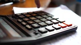O homem de negócios disse na máquina calculadora Close-up da calculadora vídeos de arquivo