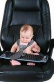 O homem de negócios do bebê olha o teclado Fotos de Stock