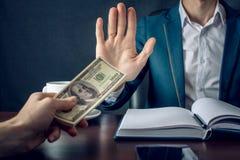 O homem de negócios do homem no terno recusa tomar o dinheiro mostrando que não é um grafter Conceito da corrupção e da corrupção Foto de Stock