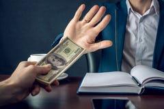 O homem de negócios do homem no terno recusa tomar o dinheiro mostrando que não é um grafter Conceito da corrupção e da corrupção Fotos de Stock Royalty Free