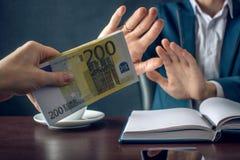 O homem de negócios do homem no terno recusa tomar o dinheiro mostrando que não é um grafter Conceito da corrupção e da corrupção Foto de Stock Royalty Free