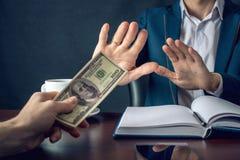 O homem de negócios do homem no terno recusa tomar o dinheiro mostrando que não é um grafter Conceito da corrupção e da corrupção Fotografia de Stock Royalty Free