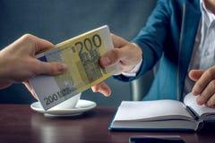 O homem de negócios do homem no terno toma as mãos do dinheiro Um subôrno sob a forma das contas do Euro Conceito da corrupção e  Fotografia de Stock