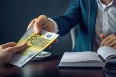 O homem de negócios do homem no terno toma as mãos do dinheiro Um subôrno sob a forma das contas do Euro Conceito da corrupção e  Imagem de Stock Royalty Free
