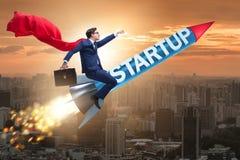 O homem de negócios do super-herói no foguete start-up do voo do conceito imagens de stock royalty free
