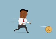 O homem de negócios dos desenhos animados persegue a moeda dourada do dólar Fotografia de Stock
