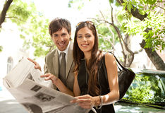 Executivos que lêem o papel. fotografia de stock