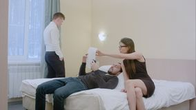 O homem de negócios e a mulher de negócios novos tentarem resolver um problema com originais na atmosfera informal, quando seu in Foto de Stock Royalty Free