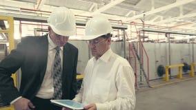 O homem de negócios e o coordenador têm uma discussão vídeos de arquivo