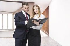 O homem de negócios e seu assistente pessoal estão discutindo a edição do trabalho Imagem de Stock