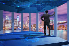O homem de negócios em 3d dianteiro rendeu janelas Imagens de Stock
