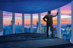 O homem de negócios em 3d dianteiro rendeu janelas Foto de Stock