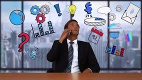 O homem de negócios em uma chamada com negócio rabisca aparecer em torno dele vídeos de arquivo