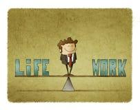 O homem de negócios em uma escala em que esteja as palavras trabalha e vida Imagem de Stock