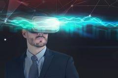 O homem de negócios em vidros de VR, geen o gráfico imagens de stock royalty free