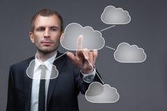 O homem de negócios empurra o botão virtual da nuvem fotografia de stock