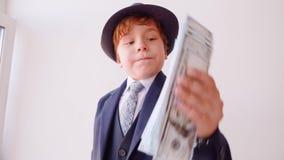 O homem de negócios engraçado da criança aspira o jogo do papel do dinheiro vídeos de arquivo