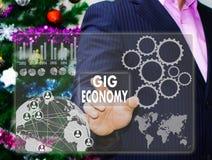 O homem de negócios escolhe a ECONOMIA da ACTUAÇÃO no tela táctil, CCB imagem de stock