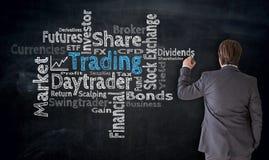 O homem de negócios escreve a nuvem de troca no conceito do quadro-negro fotos de stock royalty free