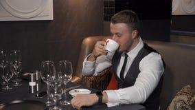 O homem de negócios está bebendo o chá verde filme