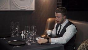O homem de negócios está bebendo o chá verde video estoque