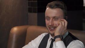 O homem de negócios está chamando alguém no café video estoque