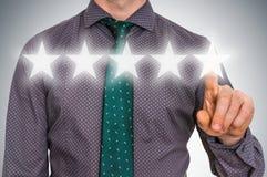 O homem de negócios está dando cinco estrelas que avaliam - conceito da classificação Foto de Stock Royalty Free