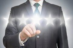 O homem de negócios está dando cinco estrelas que avaliam - conceito da classificação Fotos de Stock