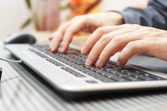 O homem de negócios está datilografando no teclado imagem de stock royalty free