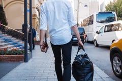 O homem de negócios está indo com um saco fotografia de stock royalty free