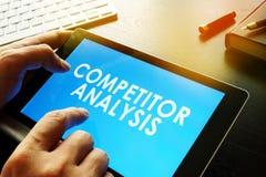 O homem de negócios está lendo sobre a análise do concorrente foto de stock