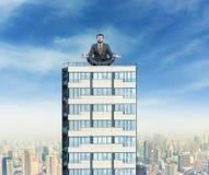 O homem de negócios está meditando sobre a construção fotografia de stock royalty free