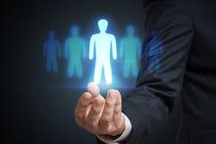 O homem de negócios está selecionando o melhor candidato do empregado Recrutamento e conceito do mercado fotos de stock royalty free