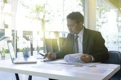 o homem de negócios executivo senta para baixo o computador do uso Imagens de Stock