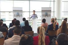 O homem de negócios fala o grupo em um seminário do negócio fotografia de stock