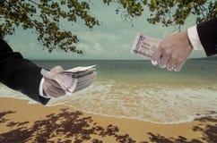O homem de negócios faz o dinheiro da praia Fotos de Stock Royalty Free
