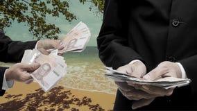O homem de negócios faz o dinheiro da praia Imagem de Stock Royalty Free