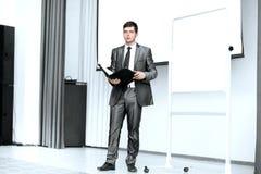 O homem de negócios faz um relatório na apresentação do negócio foto de stock royalty free