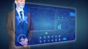 O homem de negócios faz uma análise financeira em telas tácteis troca financeira vídeos de arquivo