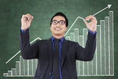 O homem de negócios feliz consegue seu alvo Fotos de Stock Royalty Free