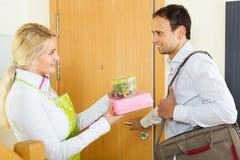 O homem de negócios feliz vai com almoço Imagem de Stock