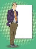 O homem de negócios fica ao lado da placa branca vazia Ilustração retro do vetor do estilo da banda desenhada do pop art Põe seu  Fotografia de Stock Royalty Free