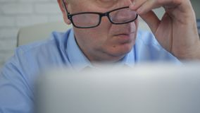 O homem de negócios Finishing Office Work remove seus vidros foto de stock