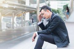 O homem de negócios frustrante com o negócio falhado que senta-se no s foto de stock