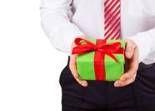 O homem de negócios guarda para fora a caixa de presente fotos de stock royalty free