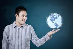O homem de negócios guarda a terra do globo imagens de stock